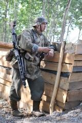 Celowniczy MG42 w trakcie przerwy w walce.