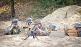 Podoficer wydaje rozkaz zajęcia pozycji, MG42 prowadzi już ogień.
