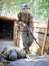 Walka trwa, żołnierz zmienia pozycję w okopie. Mija zabitego kolegę.