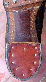 Widoczna wypalona sygnatura producenta oraz rozmiar buta