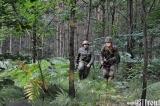 Żołnierze w trakcie biegu.
