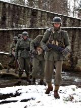Żołnierze starają się przejść suchą stopą jeśli to możliwe. Woda w bucie przy ujemnej temperaturze może zakończyć się odmrożeniem.